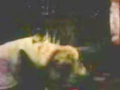 Mujer se traga la leche de un caballo